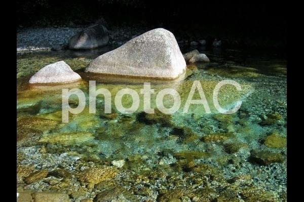 エメラルドグリーンの川.jpg