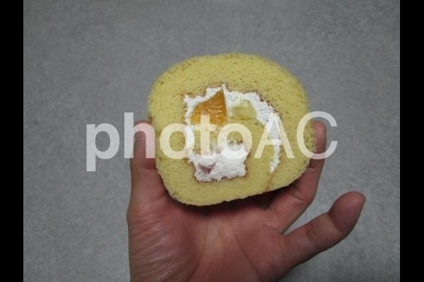 ロールケーキを持つ手.jpg
