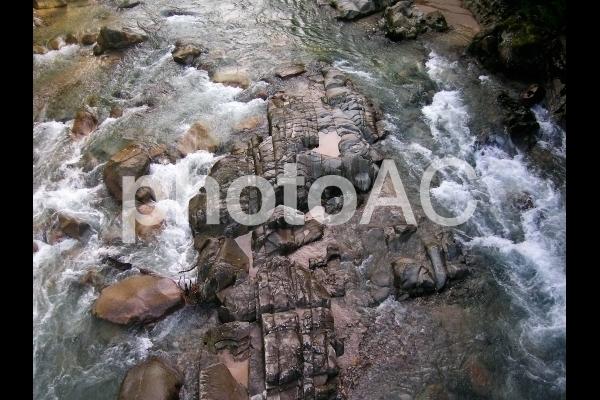岩の間を流れる水.jpg